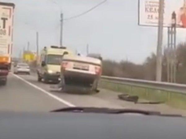 На Восточном шоссе в Ростове после столкновения с иномаркой перевернулся «Хендай»
