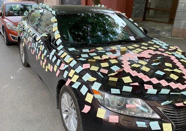 В Ростове мужчина признался в любви, обклеив машину девушки любовными записками