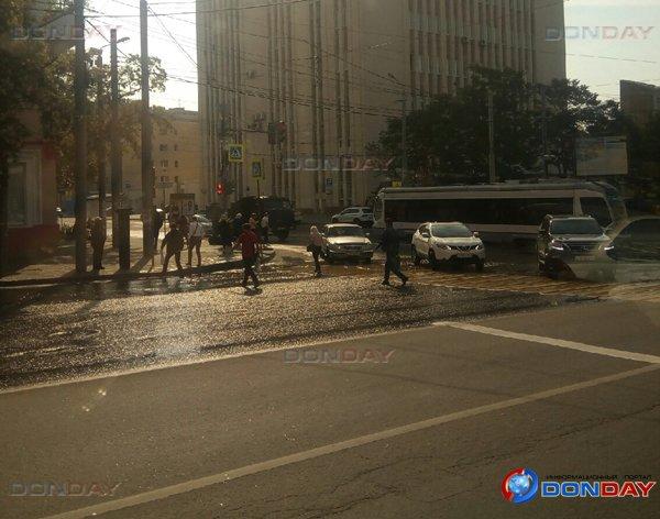 Центр Ростова затопило из-за двух порывов водопровода: видео