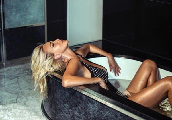 Ростовчанка Виктория Лопырева поделилась эротическим фото в ванной