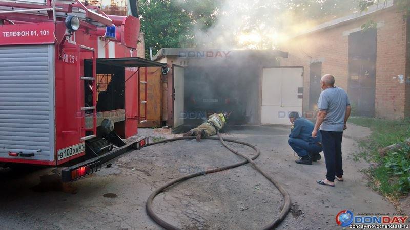 В Новочеркасске хулиганы подожгли гараж с иномаркой