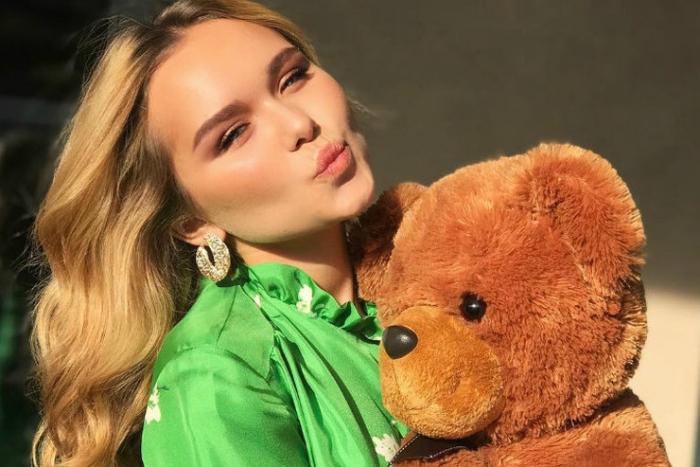 19-летняя Стефания Маликова посетила театр вместе с бойфрендом