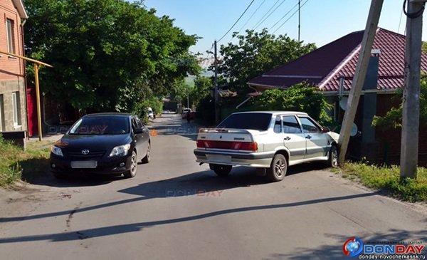 В Новочеркасске мужчина споткнулся на бегу и врезался в припаркованную иномарку
