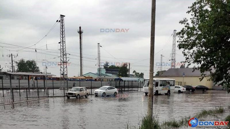 В Новочеркасске после дождя затопило площадь ЖД вокзала