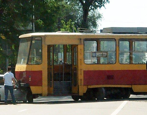 В Ростове трамвай сошел с рельсов и столкнулся с легковушкой