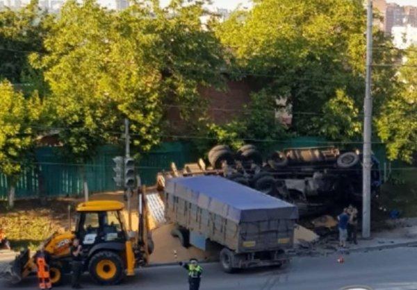 В Ростове на Северном перевернулся грузовик