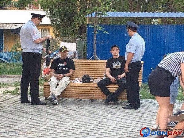 В Ростове двое пьяных мужчин приставали к подросткам, а затем набросились на полицейских: видео