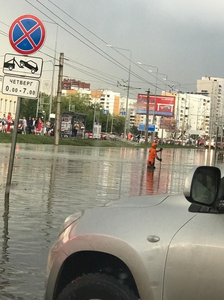 В Самаре машины в десятибалльной пробке затапливает водой по окна из-за «потопа»