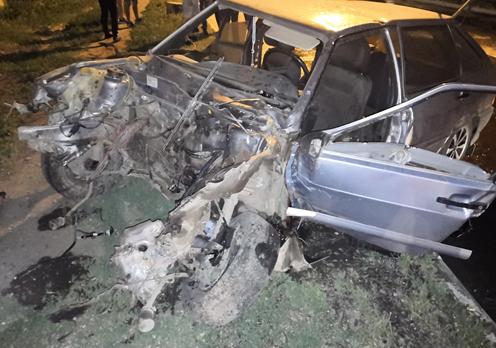 В Самарской области разворотило отечественный авто при въезде в опору теплотрассы