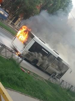 Жители перепугались: появилось видео как в Самаре полыхает автобус среди бела дня