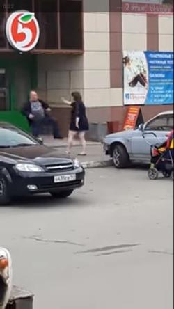 Видео, как в Самарской области женщина набросилась с ножом на мужчину, рядом стола коляска