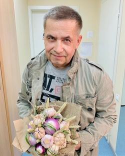 «Дети приняли за вампира»: В Самаре Николаю Расторгуеву вручили букет из чеснока и лука