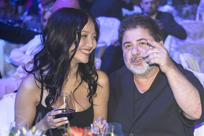 Александр Цекало и молодая жена предались страсти на публике