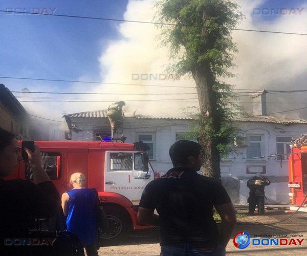 В Ростове пожарные ликвидировали крупное возгорание в двухэтажном доме
