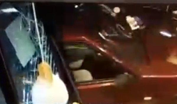 В Ростове водитель на легковушке протаранил автозаправку