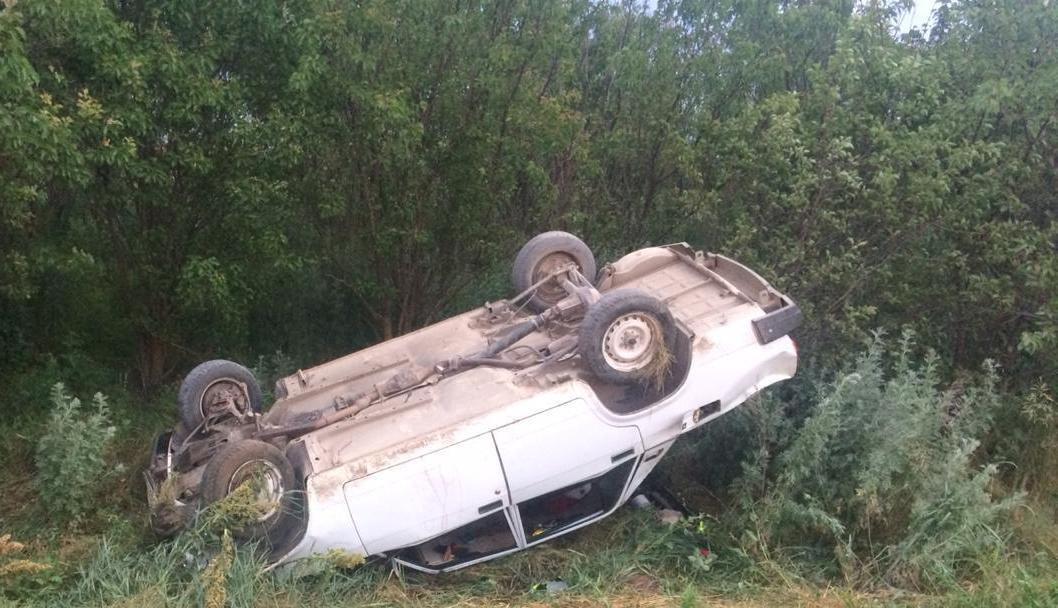 Мама с дочкой погибли в перевернувшейся легковушке на трассе в Ростовской области