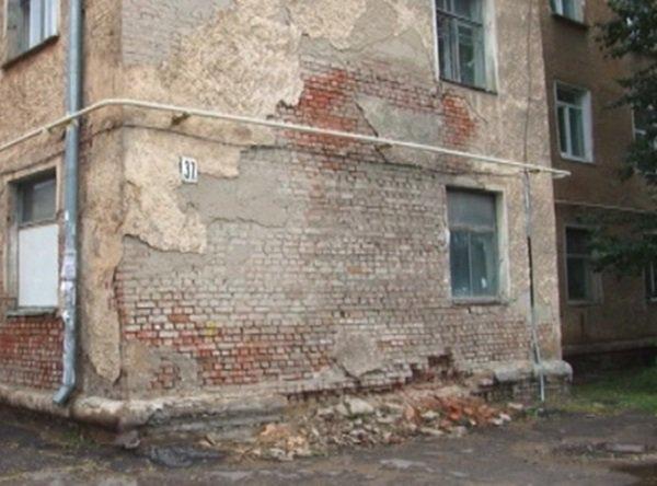 В Ростовской области частично обрушилась стена многоквартирного дома