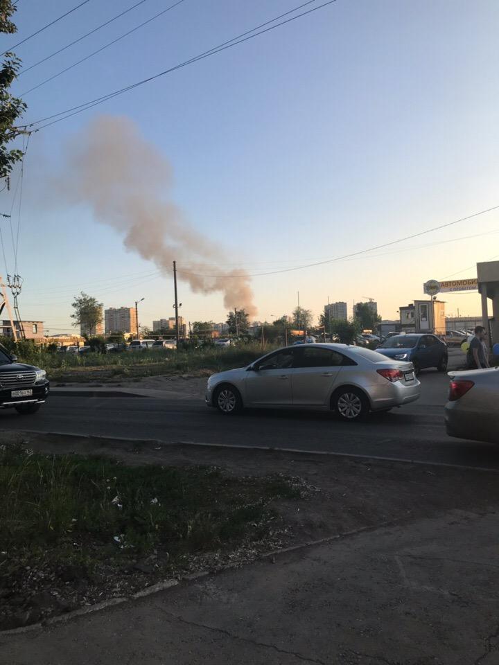 Тополиный пух всему виной: в Самаре около Космопорта полыхают гаражи
