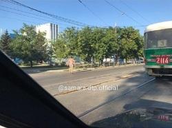 «Отдал последнее»: в центре Самары вдоль трамвайных путей шел голый мужчина